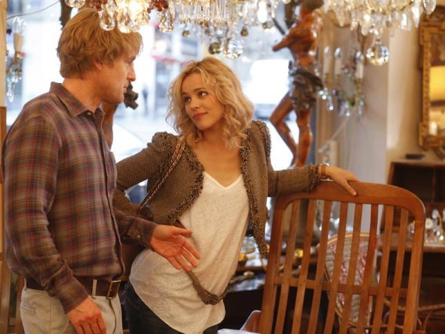 """Rachel McAdams i Owen Wilson w filmie """"O północy w Paryżu"""""""