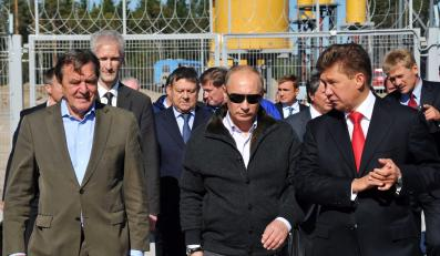 Vladimir Putin, Alexey Miller - szef Gazpromu i Gerhard Schroeder oglądaja infrastrukturę obsługującą Gazociąg Północny