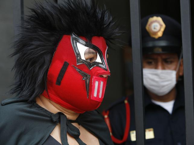 Epidemia świńskiej grypy może doprowadzić nawet do protestów. Na zdjęciu uczestnik demonstracji pikietującej meksykańskie ministerstwo zdrowia w maju 2009 roku. Protestujący żądali od polityków zajęcia się ważniejszymi problemami niż grypa