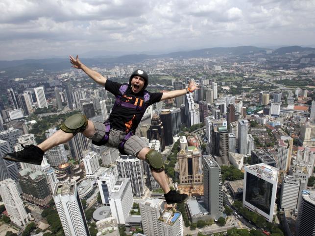 Jeroen Koevoets skacze z dachu Kuala Lumpur Tower