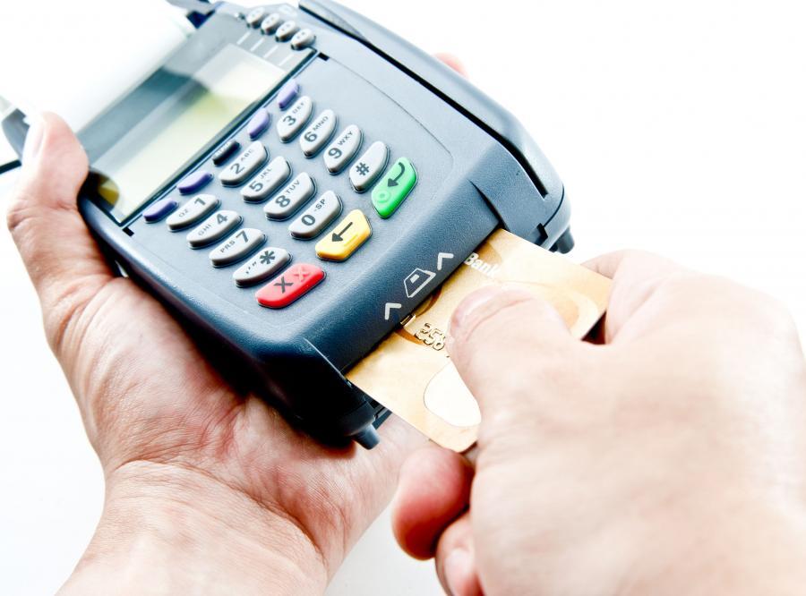 Coraz mniejsze kwoty regulujemy kartą płatniczą