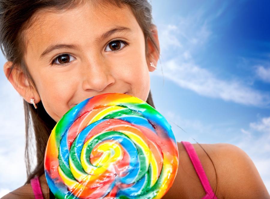 Znajdujący się w słodyczach barwnik E129 może powodować u dzieci napady histerii