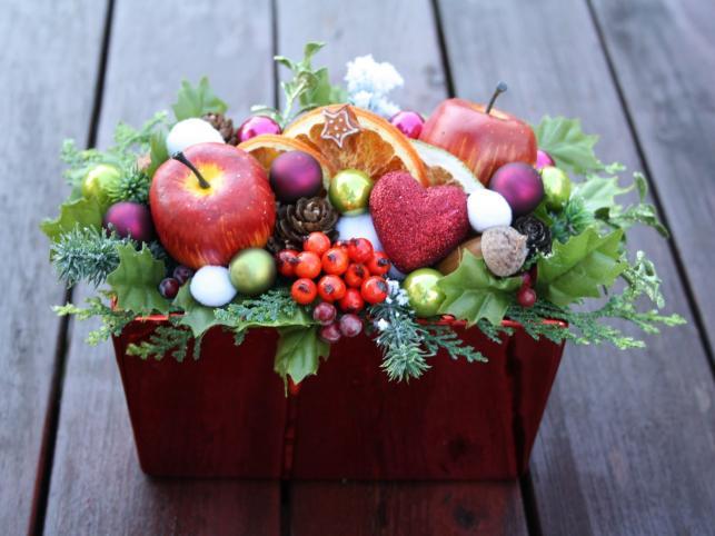 Świąteczny stroik z minibombkami, suszonymi owocami i listkami, wzbogacony skarbami jesieni: szyszkami, żołędziami, jarzębiną i czerwonymi jabłuszkami. Autorka: Marta Jarosińska-Mańka