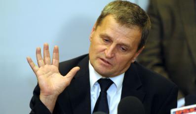 Kpt. Tadeusz Wrona podczas konferencji prasowej w siedzibie PLL LOT