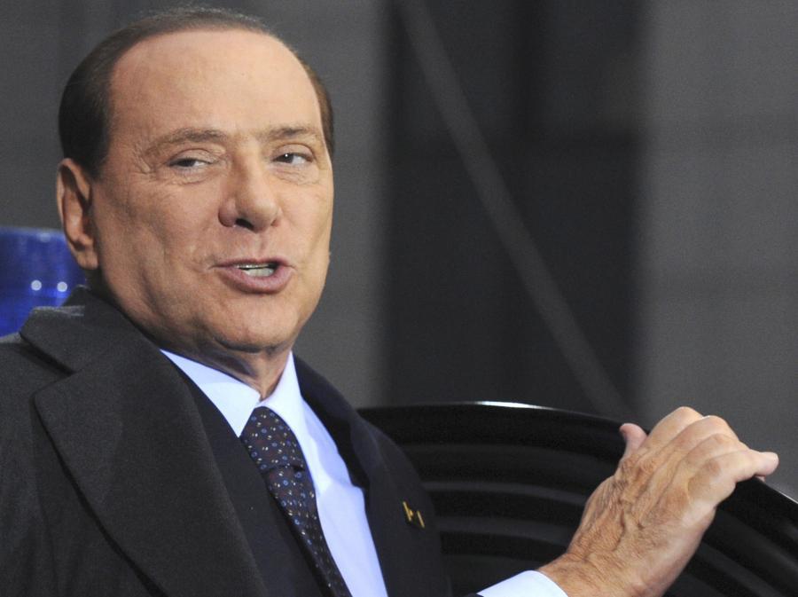 Silvio Berlusconi śpiewa o prawdziwej miłości