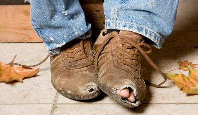 Dziurawe buty - zdjęcie ilustracyjne