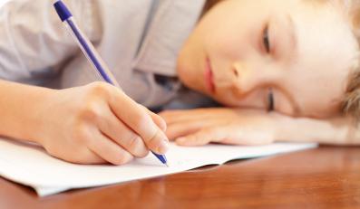 Dziecko piszące w zeszycie