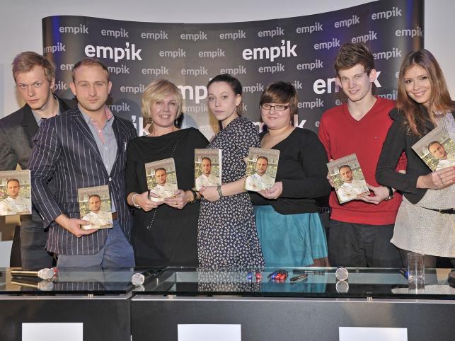 """Obsada """"Przepisu na życie"""" promuje książkę Jerzego Knappe"""
