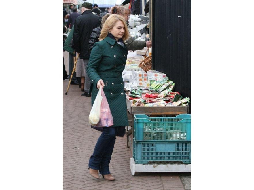 Małgorzata Tusk w zielonym płaszczu wygląda świetnie.