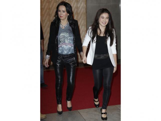 Obcisłe czarne spodnie, top i marynarka, a do tego długie i rozpuszczone, czarne włosy. Kasia Kowalska i jej córka zaprezentowały bardzo podobne stylizacje…