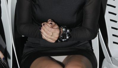 Gwiazda założyła białą bieliznę pod czarną sukienkę.