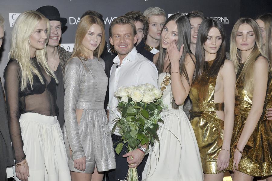 Dawid Woliński w otoczeniu modelek