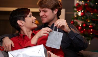 Mężczyzna kupuje prezent kobiecie