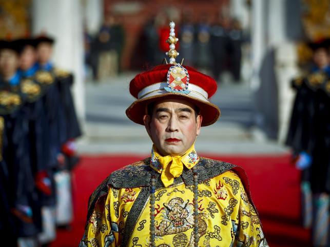 Aktor przebrany w tradycyjny cesarski kostium bierze udział w uroczystościach w Świątyni Ziemi w Pekinie
