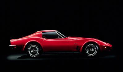 """Czerwony Chevrolet Corvette Stingray występuje u boku nagrodzonego Oscarem Jeffa Bridgesa w filmie """"Ostatni amerykański bohater"""", który obrazuje drogę kierowcy Junior Jacksona do największych sukcesów w wyścigach"""