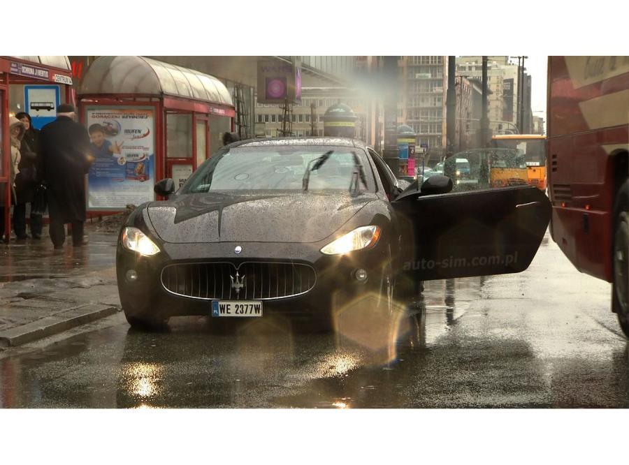 Maserati zgniecione przez autobus na planie TVN