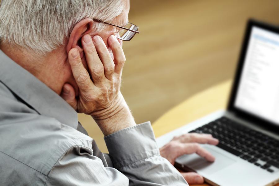Starszy mężczyzna przed komputerem