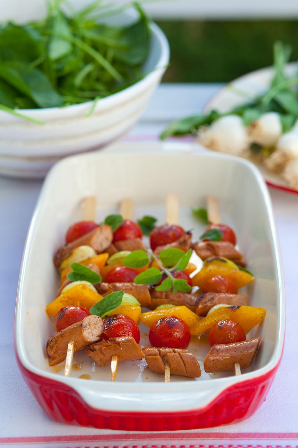 Kolorowe patyczki z kiełbasek i pomidorków cherry
