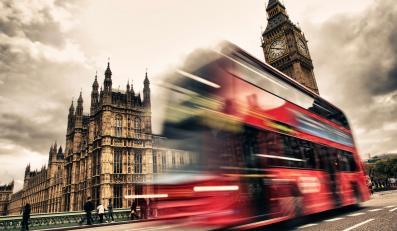 Autobus na tle Parlamentu