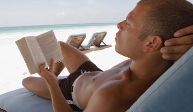 Plażowicz z ksiąką