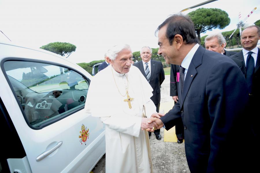 Benedykt XVI i Carlos Ghosn, prezes i dyrektor generalny grupy Renault