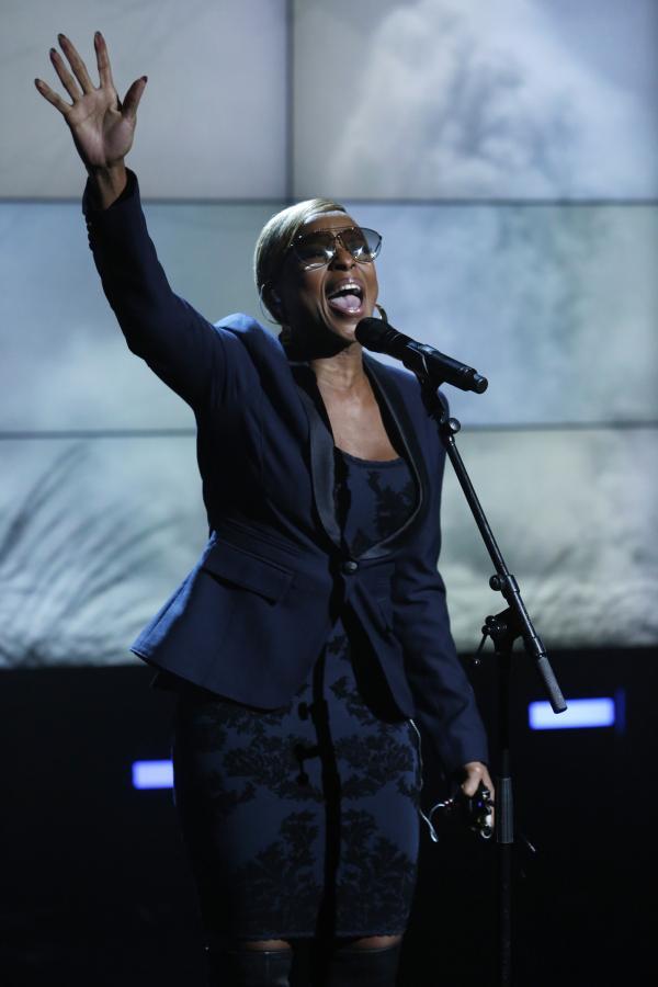 """Mary J. Blige podczas koncertu dla ofiar huraganu """"Sandy"""""""