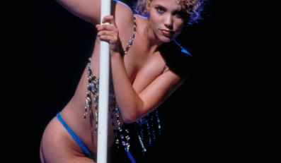 "Elizabeth Berkley w filmie ""Showgirls"""