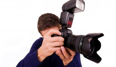 Mężczyzna robi zdjęcie