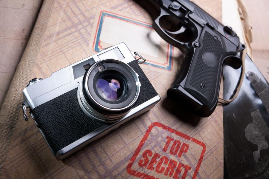 Aparat, tajne mapy i pistolet