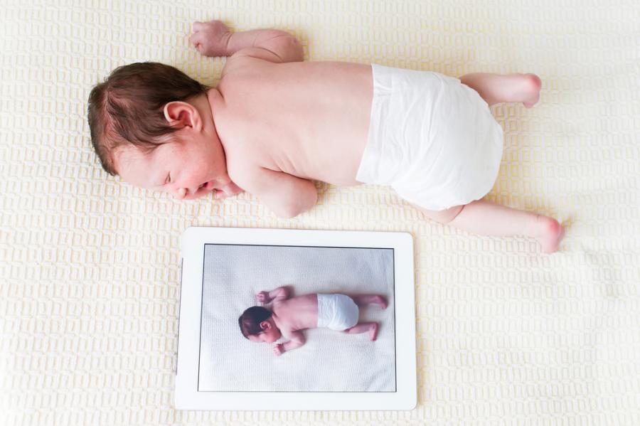Zdjęcie dziecka na ekranie tabletu