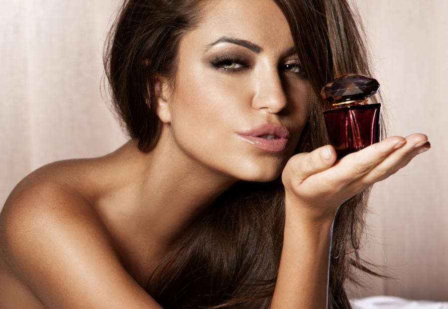 Kobieta z perfumami w ręku
