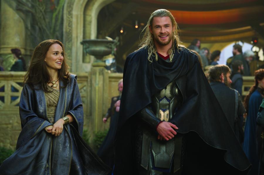 """Natalie Portman i Chris Hemsworth w filmie """"Thor: Mroczny świat"""""""