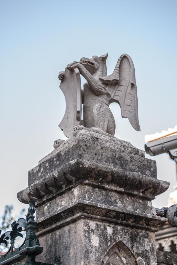 Jedna z wielu rzeźb w Parku Monserrate