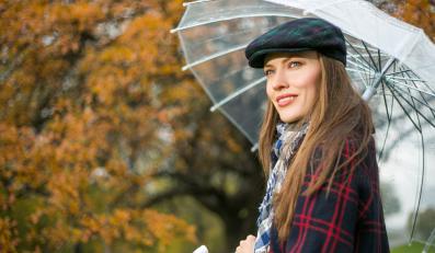 Kobieta na jesiennym spacerze