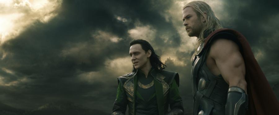 """Tom Hiddleston i Chris Hemsworth w filmie """"Thor: Mroczny świat"""""""