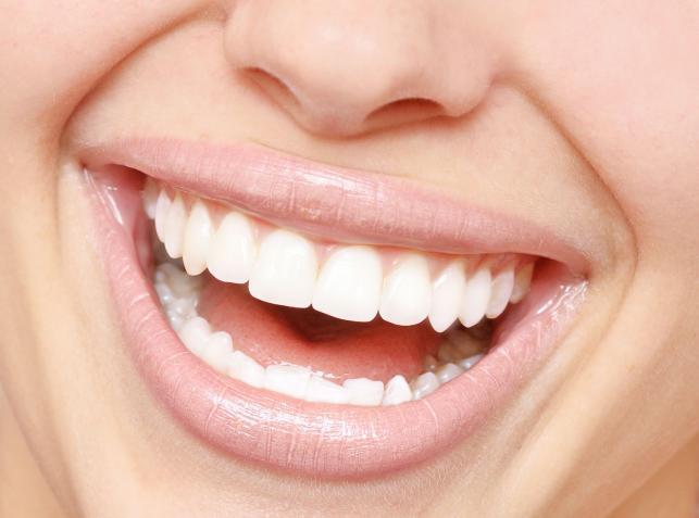 Co robić, by mieć białe zęby?
