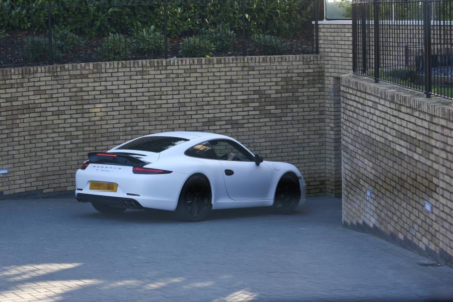 Wojciech Szczęsny za kierownicą porsche 911 carrera S śledzony przez paprazzi