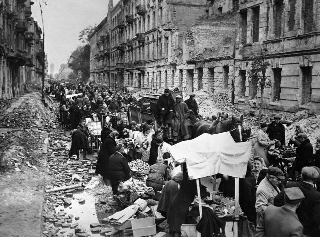 Warszawa zaczyna budzić się do życia. Na zaspanych gruzem ulicach powstają targowiska
