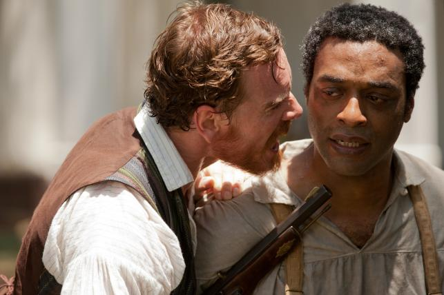 "Michael Fassbender i Chiwetel Ejiofor w filmie ""Zniewolony. 12 Years a Slave"""