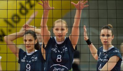 Zawodniczki Atomu Trefla Sopot, od lewej: Briżitka Molnar, Zuzanna Efimienko i Izabela Bełcik podczas trzeciego ćwierćfinałowego meczu play off ekstraklasy siatkarek z miejscowymi Beef Master Budowlanymi