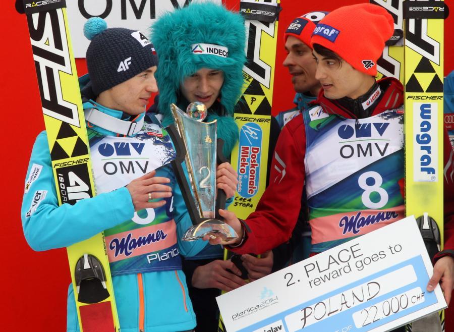Na podium z trofeum Polacy - od lewej: Kamil Stoch, Klemens Murańka, Piotr Żyła i Maciej Kot po zajęciu drugiego miejsca w drużynowym konkursie Pucharu Świata w skokach narciarskich w słoweńskiej Planicy