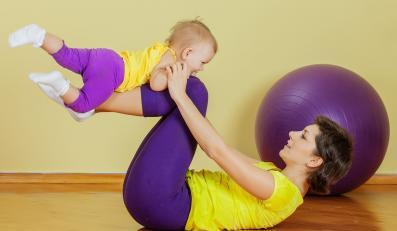 Mama ćwiczy z dzieckiem