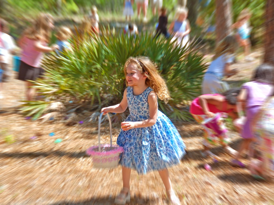 Dziewczynka zbierająca jajka w Wielkanoc