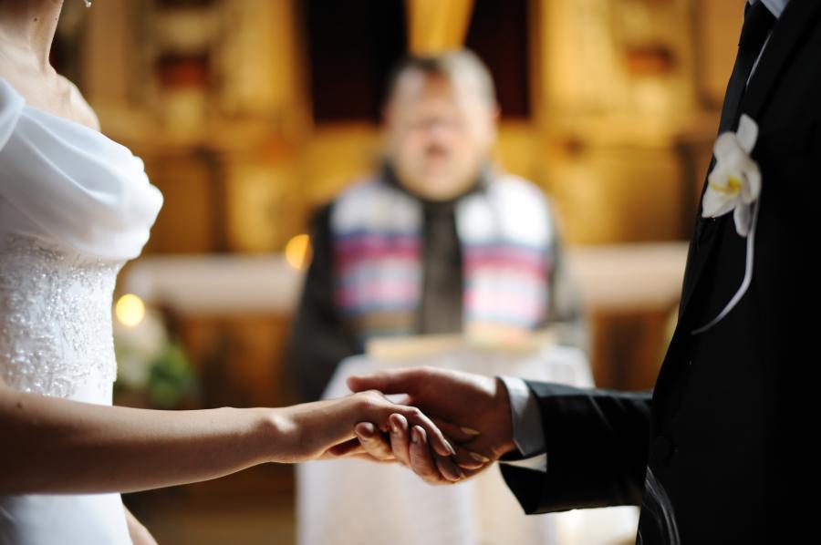 Małżonkowie przed ołtarzem