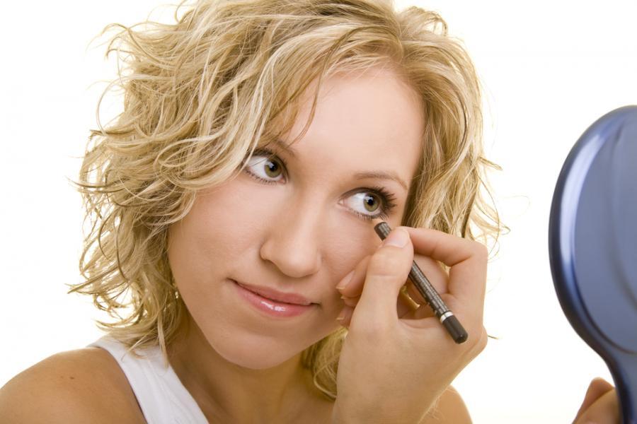 Kobieta malująca oczy