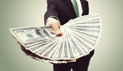 Mężczyzna z plikiem dolarów