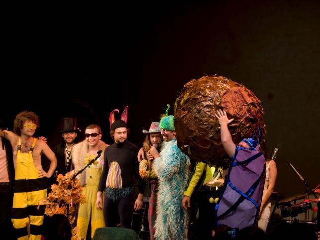 Pod koniec występu żuk gnojarz rzucił przyturlaną przez siebie kulą w publiczność, co spowodowało jej ekstatyczny taniec zakończony dewastacją rekwizytu