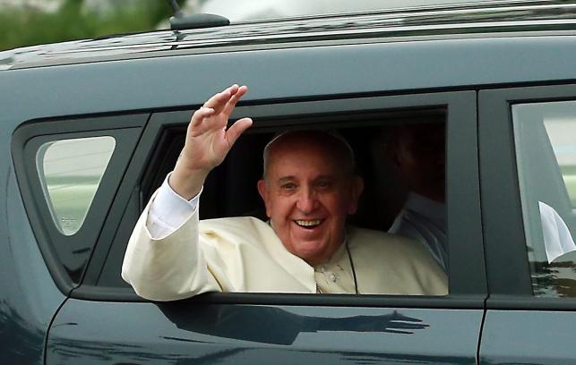 Kia Soul. Franciszek podczas wizyty w Korei Południowej przez opuszczone szyby miejskiego auta pozdrawiał pielgrzymów