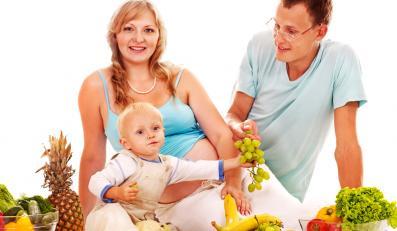 Rodzina jedząca owoce