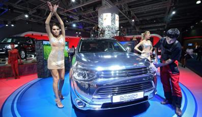 Mitsubishi Outlander PHEV - salon samochodowy w Moskwie